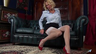 Dilettante video of cougar Molly Maracas carrying-on on the leather sofa