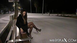 Latina MILF Lara Tinelli milks a big cock