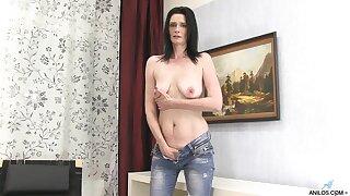 Dirty matured bush-leaguer Laura Dark takes off their way jeans to masturbate